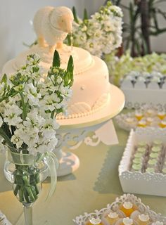Mesa de postres de color blanco para primera comunión.