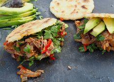 """Arepa Sandwiches gefüllt mit """"Carne Mechada"""", gekochtes Rindfleisch mit einer eingekochten Soße aus Tomaten, Zwiebeln, Olivenöl und Thymian."""
