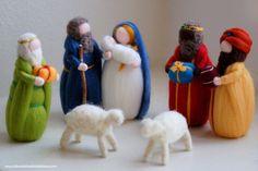Einzigartige Weihnachtskrippe, bestehend aus: Geburt, drei Essays, zwei Schafe.  Handgefertigt mit Liebe und Sorgfalt nach den Grundsätzen der Waldorfpädagogik.  Charmant wie zu Hause Dekoration zur Weihnachtszeit, wie es das magische warten auf Weihnachten begleitet. Verleihen Sie dem Empfänger ein Lächeln und seine Welt verschönert.  Die Wärme und Weichheit des dieses feine Artefakt so harmonisch zu befriedigen und zu entwickeln, in deren Besitzer, Empfindlichkeit, taktile und visuelle…