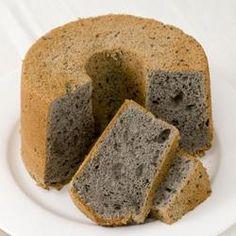 黒ゴマの香りが香ばしい米粉のシフォン。リ・ファリーヌでしっとり柔らかくとろける食感のシフォンが完成。