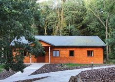 Woodland Park Lodges Shropshire Woodland Park Lodges offers accommodation in Ellesmere. Chester is 28 km away.  The accommodation features a dining area and seating area with a TV. All units include a kitchen equipped with an oven and toaster. A fridge and kettle are also featured.