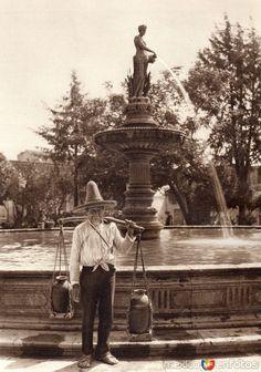 Fotos de Morelia, Michoacán, México: Aguador (circa 1920)