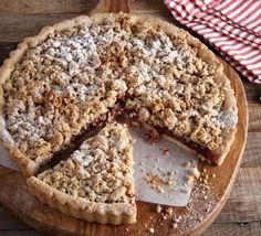 Μια πολύ νόστιμη τάρτα με τριφτή βάση και καρδιά από μαρμελάδα κόκκινων φρούτων. Η φουντουκένια ψημένη κρέμα που καλύπτει τη μαρμελάδα κάνει τη γευστική διαφορά. Sweet Pie, Easy Crafts, Banana Bread, Muffins, Sweets, Cooking, Cake, Desserts, Recipes