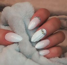 If you thought all of your mermaid beauty dreams had been answered, think again. You haven't seen 3D mermaid shell nails yet! If unicorns have 3D nails, why can't mermaids? Nail artists came up with