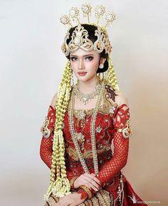Kebaya Wedding, Wedding Bride, Traditional Wedding Dresses, Traditional Outfits, Muslim Fashion, Ethnic Fashion, Indonesian Wedding, Model Kebaya, Kebaya Dress