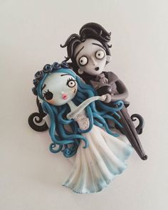 """¿Se puede romper un corazón que ha dejado de latir?""  Broche Emily&Victor (La novia cadaver). Encargo personalizado (No disponible).  --------------  ""Can a heart still break once it's stopped beating?""  Emily&Victor brooch (The corpse bride). Custom order (not available). Polymer Clay Halloween, Fimo Clay, Polymer Clay Charms, Polymer Clay Creations, Polymer Clay Art, Polymer Clay Jewelry, Clay Projects, Clay Crafts, Cute Clay"