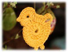 Tante Hanne, gratis PDF opskrift på hæklet kylling Easter Crochet, Crochet Crafts, Flower Crafts, Happy Easter, Paper Flowers, Crochet Earrings, Textiles, Embroidery, Sewing