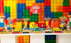 Os brinquedos da Lego são o tema dessa festa produzida pela empresa Komemore (www.komemore.blogspot.com). O painel ao fundo foi montado em uma estrutura de ferro, com bexigas coloridas imitando as pecinhas. O bolo, em estilo maquete, foi todo feito em pasta americana. Os bonecos foram confeccionados em biscuit Fiesta Batman Lego, Lego Batman Party, Lego Pinata, Lego Cake, 7th Birthday Party For Boys, Birthday Party Themes, Lego Party Decorations, Bolo Lego, Lego Themed Party
