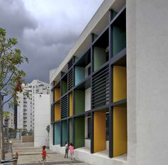 This new elementary school is located in the neighborhood of Kohav Hatsafon in Tel Aviv. It is a modest building, with a white plaster exterior, while the i. Sacred Architecture, Cultural Architecture, Education Architecture, School Architecture, Residential Architecture, School Building, School Colors, Exterior Colors, School Design