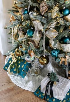 How to Decorate a Woodland Glam Christmas Tree. Christmas tree decorated with unique ornaments inspired by nature with touches of gold and silver. Blue Christmas Tree Decorations, Christmas Lights Outside, Christmas Tree Toppers, Christmas Tree Ornaments, Christmas Holidays, Christmas Wreaths, Turquoise Christmas, Woodland Christmas, Rustic Christmas