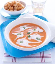 Saporita, cremosa, eppure light: la vellutata di pomodoro con ricotta è un primo freddo che apporta solo 150 calorie per porzione ed è facilissima da fare. Ricotta, Thai Red Curry, Soup, Ethnic Recipes, Soups