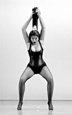 Marina Abramovic, The Pin-up Dance No.I (The Biography Remix-Rome), 2004, 7 ex., Tirage argentique, 200 x 125 cm.