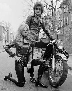 Boots fashion girls of years 60s 70s • Moda stivali e minigonne anni 1960 1970 Britt eckland
