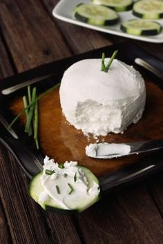 Will have to try this sometime, lactose intolerant so can't eat regular cream cheese. Cultured Coconut Cream Cheese: delicious spread on your favorite veggie, cracker, or bagel (vegan). Vegan Cheese Recipes, Vegan Foods, Dairy Free Recipes, Raw Food Recipes, Vegetarian Recipes, Cooking Recipes, Healthy Recipes, Gluten Free, Baker Recipes