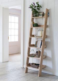 Leaning Ladder Shelf, Ladder Bookshelf, Diy Ladder, Rustic Ladder, Oak Shelves, Diy Bookshelf Design, Diy Bookshelf Plans, Ladder Decor, Diy Home