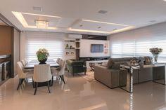 A arquiteta Érika Bortolini desenvolveu um trabalho volumétrico minimalista com proposta contemporânea para esta residência de 340m². A área social e a cozinha são totalmente integradas, a única divisão é uma bancada alta que pode ser bar.