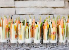 Browse our 16 easy summer crudite platter ideas so you can entertain effortlessly. Whether hosting a summer party or need a refreshing snack, these fresh veggies are cool, crisp, and insanely satisfying. Baby Shower Appetizers, Mini Appetizers, Tapas, Mini Aperitivos, Aperitivos Para Baby Shower, Appetizer Display, Veggie Cups, Plum Pretty Sugar, Snacks Für Party