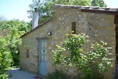 In het glooiende landschap van het Zuid-Franse departement Aude ligt, met uitzicht op het middeleeuwse dorpje Laurac, verscholen tussen de zonnebloem- en graanvelden het schitterende 'Domaine en Birbes'. Een plek om tot rust te komen en te genieten van al het goede wat het Franse leven te bieden heeft; zon, zee, bergen, cultuur, activiteiten en natuurlijk heerlijk eten en drinken. Op ons Domein van ruim 1 ha. bevindt zich een machtige oude boerderij uit ca. 1780, gebouwd volgens de typische…