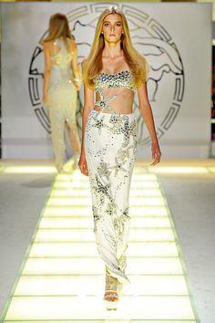 Sigrid Agren at Versace S/S 2012 Runway Fashion, Fashion Beauty, Fashion Show, Fashion Looks, Fashion Design, Milan Fashion, Emerald Green Dresses, Milano Fashion Week, Review Fashion