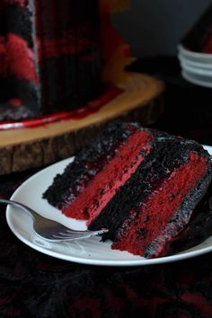 Red and Black Layer Cake with raspberry-strawberry filling Bolo Red Velvet Receita, Cupcake Cakes, Cupcakes, Poke Cakes, Layer Cakes, Just Desserts, Dessert Recipes, French Desserts, Layer Cake Recipes