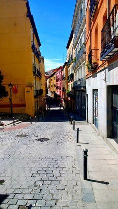 La calle del Calvario en #Madrid hoy hace un día para pasear por Lavapies #CallejeandoMadrid pic.twitter.com/k7Jlm6BgdF