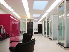 Glazen deuren met vloerveer, schuifsystemen en verschillende glassoorten zijn te bekijken in onze prachtige showroom te Turnhout.