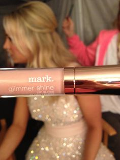 Kaley Cuoco is wearing mark makeup at The People's Choice Awards 1/9! Tweeted by @mark. girl : Exclusive: @jamiemakeup using mark's Glimmer Shine Lip Gloss for @KaleyCuoco's first look on stage #PeoplesChoice pic.twitter.com/EYTVf3MU