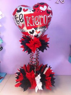 Lo tengo q hacer igual Valentine Bouquet, Valentine Wreath, Valentine Day Crafts, Valentines Balloons, Valentines Day Decorations, Balloon Arrangements, Balloon Centerpieces, Candy Bouquet, Balloon Bouquet