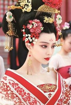 """Chinese Royal Consort's costumes and make-up during Tang Dynasty from Chinese drama """" the Empress of China"""""""