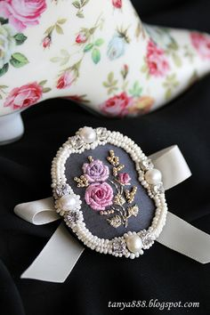 Darya Micha's media content and analytics Embroidery Jewelry, Silk Ribbon Embroidery, Beaded Embroidery, Embroidery Patterns, Hand Embroidery, Fabric Jewelry, Beaded Jewelry, Brooches Handmade, Handmade Jewelry
