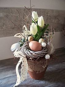 Easter arrangement with white tulips, of course … that dances with the flowers… - Blumen Deco Floral, Arte Floral, Easter Projects, Easter Crafts, Easter Decor, Hoppy Easter, Easter Eggs, Spring Decoration, Easter Flowers