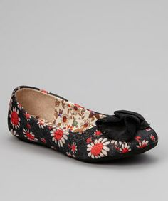 Petite feet will look all the more stylish when tucked into these floral flats. Their freshly picked print is topped with a shimmering ruffle detail.