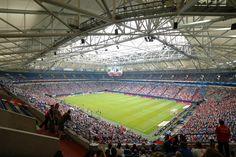 (Veltins Arena (Schalke 04)) Ik vind de vorm van het stadion mooi met het scherm in het midden.