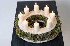 Ozdoby i dekoracje świąteczne na adwent i Boże Narodzenie. Stroiki bożonarodzeniowe ze świecami