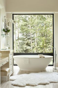 Modern style bathroom with view to garden, freestanding tub and sheepskin rug on travertine floor Dream Bathrooms, Bathroom Freestanding, Bathroom Styling, Best Bathroom Designs, Contemporary Home Decor, Bathtub Design, Bathroom Design Luxury, Modern Style Bathroom, Luxury Bathroom