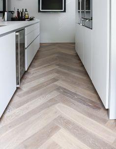 ook erg mooi, visgraat houten vloer in de keuken Planchers En Chevrons, Parquet Chevrons, Küchen Design, Floor Design, House Design, Interior Design, Design Desk, Interior Paint, Luxury Interior