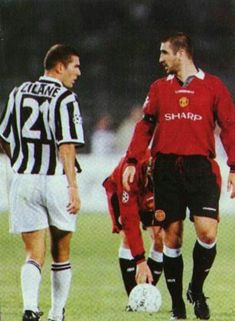 Zinedine Zidane et Eric Cantona juventus mancherster united Legends Football, Football Icon, Best Football Players, Football Is Life, Retro Football, World Football, Vintage Football, Sport Football, Soccer Players