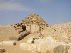 PIRAMIDE REAL DE SAHURE, ABUSIR-R. ANTIGUO (final) V DINASTIA La Pirámide de Sahura. Antiguo Egipto. Abusir al norte de Sakkara, durante la V D. Dicha construcción es significativamente menor que las gigantescas pirámides de la cuarta dinastía. En los años siguientes, las dimensiones básicas y la estructura del complejo funerario de Sahura serían adoptados por otros reyes del Antiguo Egipto