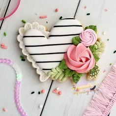 Using Mother's Day cookie decoration designs to surprise mothers with gorgeous personalized sweet treats is a great idea! Flower Sugar Cookies, Sugar Cookie Icing, Fondant Cookies, Royal Icing Cookies, Cupcakes, Mother's Day Cookies, Crazy Cookies, Spice Cookies, Valentine Cookies