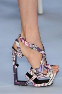 wow, i dont think i could walk in those!