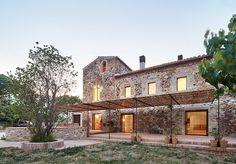 Finaliza la rehabilitación de una masía de 900m2 en el Empordà, Girona. El resultado es una casa de infinidad de salones, comedores y habitaciones donde la familia y sus frecuentes invitados puedan…