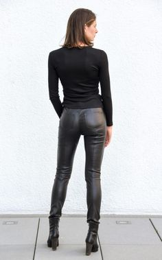 Women& jeans in leather, nappa leather, black Leather Pants Outfit, Tight Leather Pants, Leather Trousers, Faux Leather Leggings, Legging Outfits, Sweatpants Outfit, Shiny Leggings, Leggings Are Not Pants, Jeans En Cuir