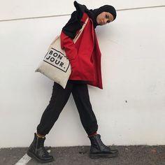 "▪️O S E ETRE TOI op Instagram: ""Salut ! Alors le froid 🥶 ! Prix : J'ai acheté le sac 5€ Blazer friperie : 5€ Pantalon 24,99€ Botte ancienne collaboration Total de 30€…"" Couple Outfits, Casual Outfits, Hijab Fashion, Fashion Outfits, Stylish Hijab, Dressed To Kill, Hijab Outfit, Covergirl, Blazer"