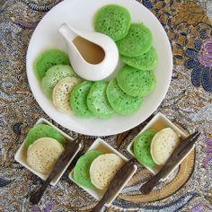 Serabi (indonesian rice pancakes) for the pancakes: 125 gr rice flour 30 gr plain flour 1/4 tsp salt 150 ml coconut milk, boiling 1 tsp baking powder vanilla and/or pandan extract (optional)