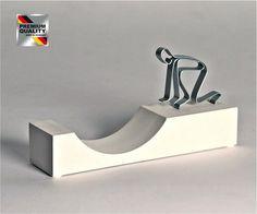 """Skulptur Figur """"DAS SCHAFFST DU!"""", Sandsteinguss/ Metall"""