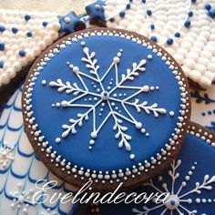 Blue royal snowflake decorated Christmas gingerbread cookies (blue and white) Christmas Sugar Cookies, Christmas Gingerbread, Noel Christmas, Holiday Cookies, Christmas Baking, Gingerbread Cookies, White Christmas, Fancy Cookies, Iced Cookies
