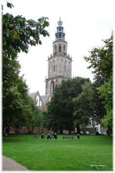 d'Olle Grieze ofwel de Martinitoren en Martinikerk genomen vanaf het Martini Kerkhof.