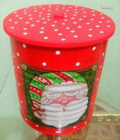 O outro finalista do concurso que premeia os 5 melhores artesanatos para o natal foi este lindo trabalho de latas decoradas de Natal, enviado pela Cláudia Cristina Gama Lopes Aires. Ela usou a técnica de decoupagem para criar essas lindas latinhas, de uma maneira super linda e criativa. Esse é u