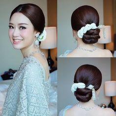 เลือกทรงผมเจ้าสาวให้เหมาะกับรูปหน้า - Thainarak.net Indian Bridal Hairstyles, Bride Hairstyles, Cool Hairstyles, Hairstyle Ideas, Cambodian Wedding Dress, Thai Wedding Dress, Medium Hair Styles, Curly Hair Styles, Indonesian Wedding