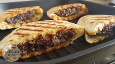Arayes - delicious grilled pita bread sandwiches stuffed with meat (beef or lamb). This middle eastern dish is crispy in the outside and juicy in the inside. Pita Recipes, Gourmet Recipes, Beef Recipes, Cooking Recipes, Hamburger Recipes, Pita Bread Sandwich, Pita Sandwiches, Planks